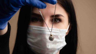 صورة شركة روسية لتصميم المجوهرات الطبية تستغل أزمة كورونا العالمية وتصمم قلادات على شكل فيروس كورونا