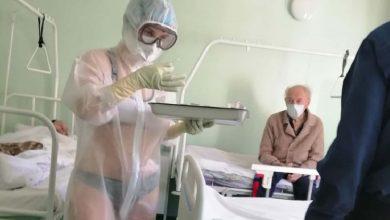 Photo of بسبب الحر الشديد في روسيا… ممرّضة تظهر بزي غير مألوف في عملها وتثير بلبلة
