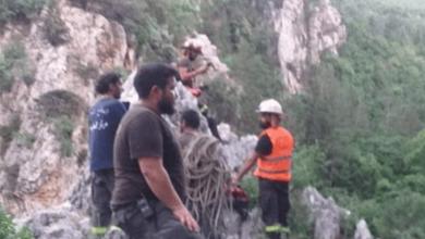 Photo of إنقاذ شاب سقط عن مرتفع شاهق في يحشوش (صورة)