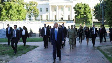 Photo of بالصور.. ترامب يترجل خارج البيت الأبيض