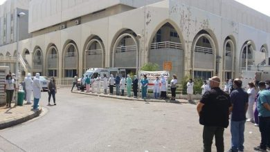 Photo of بالصور: لحظة خروج جثمان شهيدة الواجب الممرضة زينب حيدر من المستشفى في بيروت بعد ان أودى 'كورونا' بحياتها