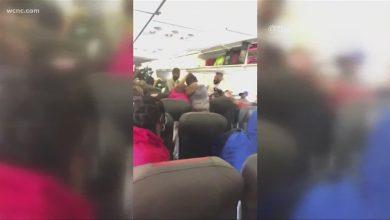 صورة شجار عنيف على متن طائرة بسبب الكمامة… كيف انتهى؟