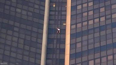 """صورة بالفيديو.. """"سبايدرمان"""" يتسلق ناطحة سحاب بدون معدات أمان"""