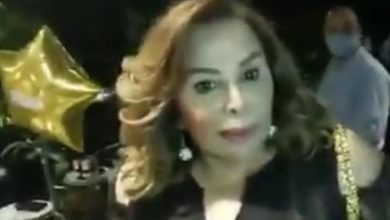 صورة بالفيديو | الثوار اقتحموا عيد ميلاد سيدة واتهموها بأنها طليقة رياض سلامة… ولا علاقة له بالأمر كله
