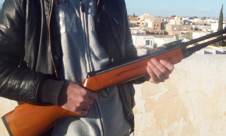 صورة في لبنان أثناء قطاف الزيتون: (أخ يطلق النار على أخيه من بندقية صيد)