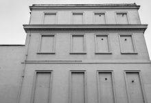 صورة لماذا تملك العديد من مباني بريطانيا التاريخية نوافذ مغلقة بالطوب بشكل كامل؟