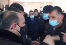 صورة بالفيديو… وزير يكسر قرار الاقفال العام ويشارك في عزاء حاشد!
