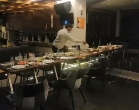 صورة بالفيديو: قوى الامن تداهم مطعمًا لمخالفته قرار الاقفال وحاول التحايل بإطفاء الاضاءة